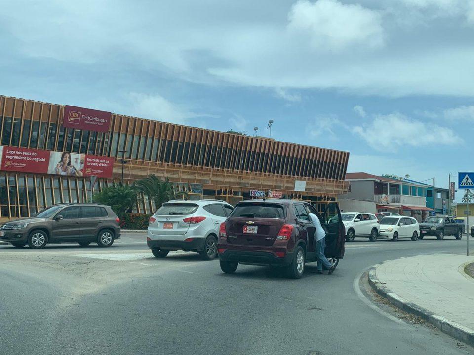 Accidente na rotonde tanki flip a stanca trafico di tur direccion