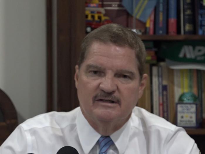 Ex prome minister Mike Eman :  Cortamento di 60 miyon den cuido medico door di Hulanda  ta afecta Aruba