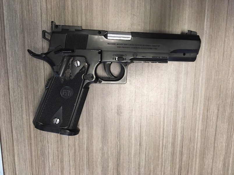 """Recherche Oranjestad a haci un entrada hudicial y constata dos pistool y dos rifle di """"airsoft""""."""